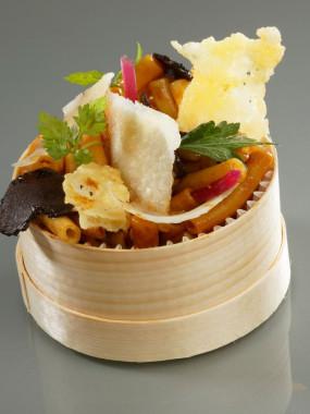 Boîte chaude de macaroni gratinés et éclats de truffe au jus de viande et parmesan