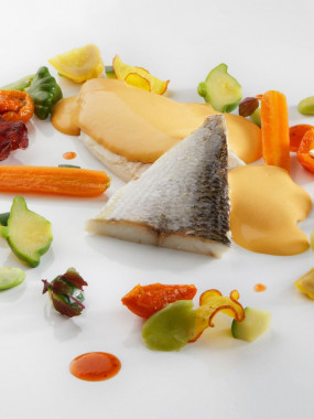 Filet de dorade juste température, son jus provençal et ses éclat de légumes
