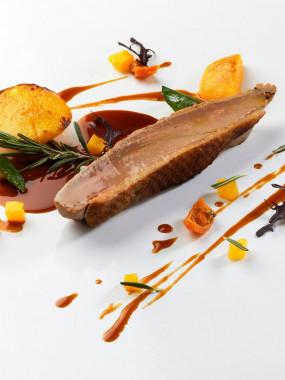 Filet de canard juste température sur son jus au miel, romarin et ses pêches rôties