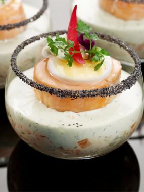 Médaillon de saumon fondant sur son caviar de légumes confits et sa crème de citron