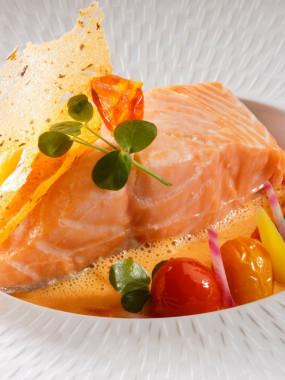 Dos de saumon juste rôti, son écume de tomate et piment d'Espelette