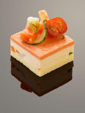 Tiramisu de Saint-Jacques et tomate au piment d'Espelette et coriandre fraîche