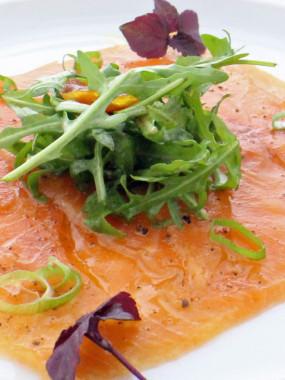 Carpaccio de saumon citron pesto, sa julienne du potager marinée