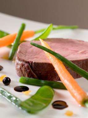Filet de bœuf à l'huile de poivre, ses éclats de légumes et son jus corsé (minimum 6 personnes)