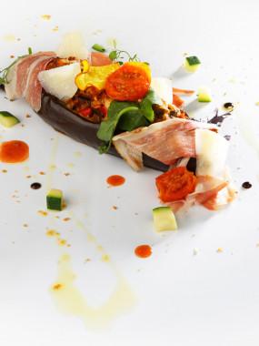 Aubergine farcie aux légumes du soleil, jambon sec et parmesan
