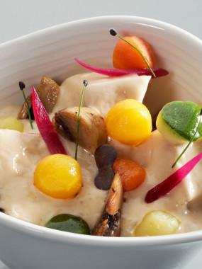Blanquette de veau fondante, champignons poêlés, billes de légumes croquantes et sauce suprême